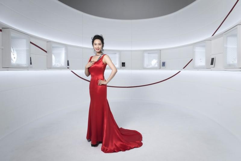 今年卡地亞特邀女神化身的亞洲巨星朱茵遠從香港抵台,為一年一度頂級珠寶展盛會華麗揭幕,鑑賞全新Résonances系列珠寶