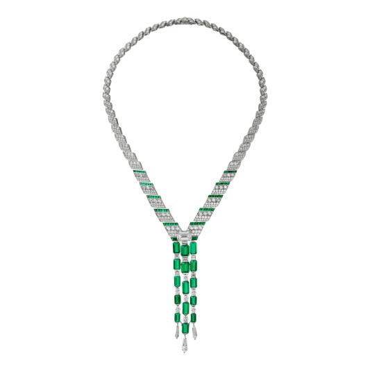 LOFOI祖母綠鑽石項鍊 鉑金鑲嵌15顆共重24.57克拉的阿富汗祖母綠式切割祖母綠,一顆重5.53克拉的祖母綠式切割鑽石,祖母綠,鳶形鑽石,梯形鑽石,玫瑰式切割鑽石,圓形明亮式切割鑽石。參考價格約NT$ 98,000,000這款項鍊以瀑布為靈感,呈現出迷人的立體造型,令人為之讚歎。線條沿頸部垂墜而下,將目光帶到吊墜之上。三枚不對稱的吊墜鑲嵌15顆阿富汗祖母綠,構成漸變圖案,營造出瀑布水簾的韻律。