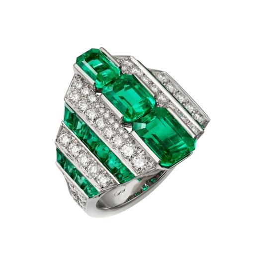LOFOI祖母綠鑽石戒指 鉑金,三顆共重4.50克拉的長方形阿富汗祖母綠,祖母綠,圓形明亮式切割鑽石。參考價格約NT$ 14,300,000立體諧和的設計突顯出祖母綠的深邃色彩與精湛的幾何切割。遞減的圖案構成簡約而流暢的線條。兩側的起伏裝飾亦鋪鑲祖母綠,令整體造型更顯豐盈華麗。