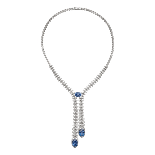 Blue Legato藍寶石鑽石項鍊 鉑金, 3顆橢圓形錫蘭藍寶石總重19.73克拉,明亮式切割鑽石總重21.22克拉。參考價格約NT 38,000,000創造動感,是卡地亞不變的目標。為打造這條項鍊,此珠寶商再度實現目標。能讓人洞悉意境的設計極為重要,枝微末節與贅飾皆須去除。作品不見一絲不必要的多餘元素,每一處都傾訴著寶石之美。梨形寶石落在戒指中央,讓如瀑效果更加搶眼鮮明。不對稱感在整體設計上更顯活力四射。作品完美無縫,痕跡巧妙消失,僅留下一個形象、一種感覺,隱約暗示煥然新生的自然,如同珍貴的雨滴,或閃閃發亮的瀑布。