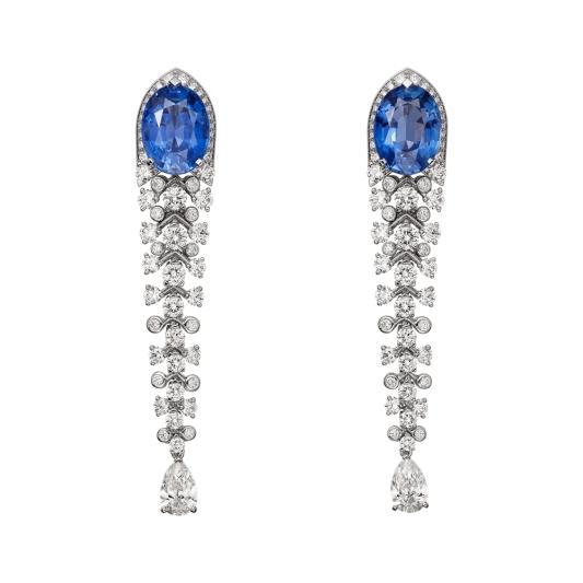 Blue Legato藍寶石鑽石耳環 鉑金,2顆橢圓形錫蘭藍寶石,共重10.60克拉,兩顆梨形鑽石,明亮式切割鑽石。參考價格約NT 12,100,000這對橢圓形藍寶石啟發了這些鑲著鑽石、流暢明亮的線條;「不見多餘贅飾」的純淨作品,強調了珍貴寶石的完整美。