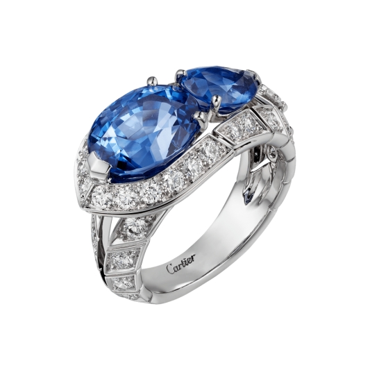 Blue Legato戒指 鉑金,2顆橢圓與梨形錫蘭藍寶石,總重6.54 克拉,明亮式切割鑽石。參考價格約NT 9,800,000這2顆橢圓與梨形錫蘭藍寶石,總重6.54 克拉,形成了無比和諧的組合,並擁有深邃色澤與活力生機,而少許內含物則是剛玉的特徵。