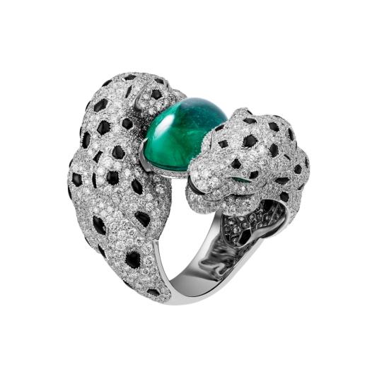 Panthere Embrassée 美洲豹祖母綠戒指白K金,一顆12.51克拉圓拱型切割尚比亞祖母綠,祖母綠豹眼,縞瑪瑙,明亮式切割鑽石。參考價格約NT$ 21,900,00012.51克拉橢圓形蛋面切割祖母綠外型略顯修長,並呈現出優美宆頂。展現「開放」且稍微濃郁的藍綠色和美麗的結晶,這些都是尚比亞祖母綠的典型特徵。 內部晶體以渦狀且略為不均勻的方式綻放,暗示寶石的真實性。