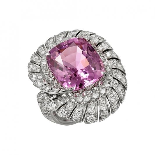 Iguania 紫鋰輝石戒指 白K金,一顆14.99克拉枕形紫鋰輝石,明亮式切割鑽石。參考價格約NT$ 9,050,000