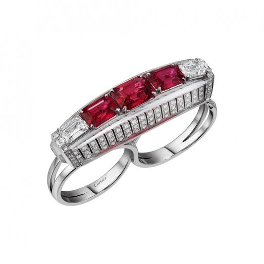Red Binaire雙指戒指 白K金, 3顆莫三比克八角紅寶石總重4.05 克拉, 兩顆祖母綠切割鑽石,白水晶,長方形切割鑽石,明亮式切割鑽石。 參考價格約NT$ 13,600,000鑽石點燃了三顆紅寶石的濃郁色澤,再以白水晶為整體作品增添光感與空間感,在作品結構中勾勒璀璨剔透的效果,可根據視角變化展現多重的明亮光感。雖然紅寶石克拉數不等,但卻能展現出不容忽視的存在感。這些寶石在豔麗搶眼的紅中帶有淡淡的粉紅色澤,完美相配。