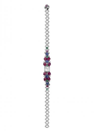 Tiny Tutti水果錦囊珠寶腕錶 白K金,11 顆雕刻紅寶石重5.48 克拉,4顆雕刻藍寶石,4顆金字塔切割與公主式切割祖母綠,97顆明亮式切割鑽石,手動上鍊機械機芯,JLC101機芯。參考價格約NT$ 17,000,000卡地亞的象徵,精緻的手鍊腕錶 一方面,是代表傳統、借鑒印度文化的寶石雕刻工藝與傳統生命之樹的主題,另一方面則展現出現代設計、乾淨線條與完美平衡,此為珠寶商追求之去蕪存菁的低調特質。
