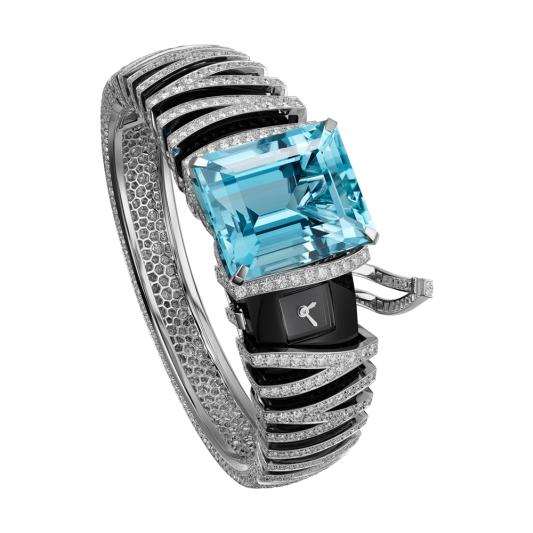 Zèbre Azuré 海水藍寶神秘腕錶 白K金,主石為43.6克拉的矩形刻面聖瑪利亞(Santa Maria)海水藍寶石,縞瑪瑙,明亮式切割鑽石,石英機芯。參考價格約NT$ 26,400,000野生動物激發出卡地亞,不僅透過其雄偉的姿態展現設計,更以其斑紋皮毛做為創作靈感,即如同此款獨特的秘密腕錶。 以斑馬條紋,勾勒出充滿律動感、強勁有活力的作品,並以令人驚嘆的43.60克拉海藍寶石加強其印象。色澤濃郁飽和之藍色「聖瑪利亞(Santa Maria)」海藍寶石的名稱,是為了紀念1950年代在巴西首次發現這一顆寶石的地點。這些寶石擁有深邃飽滿的藍色調,使其成為海藍寶石中最珍稀的品種之一。