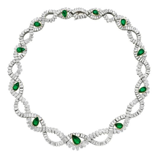 卡地亞古董珍藏系列祖母綠鑽石項鍊 新女性風格時期(1939 – 1970) 卡地亞巴黎,1963年 鉑金,黃K與白K金,鑲嵌11顆祖母綠約9.80克拉,343顆鑽石,參考價格約NT$ 30,100,000這款鉸接項鍊由兩條波浪形的祖母綠切割和馬眼形切割鑽石如緞帶般纏繞而成,間隔點綴11顆以黃K金爪鑲嵌的梨形刻面祖母綠,所有鑽石皆以鉑金鑲嵌,白K金安全扣。