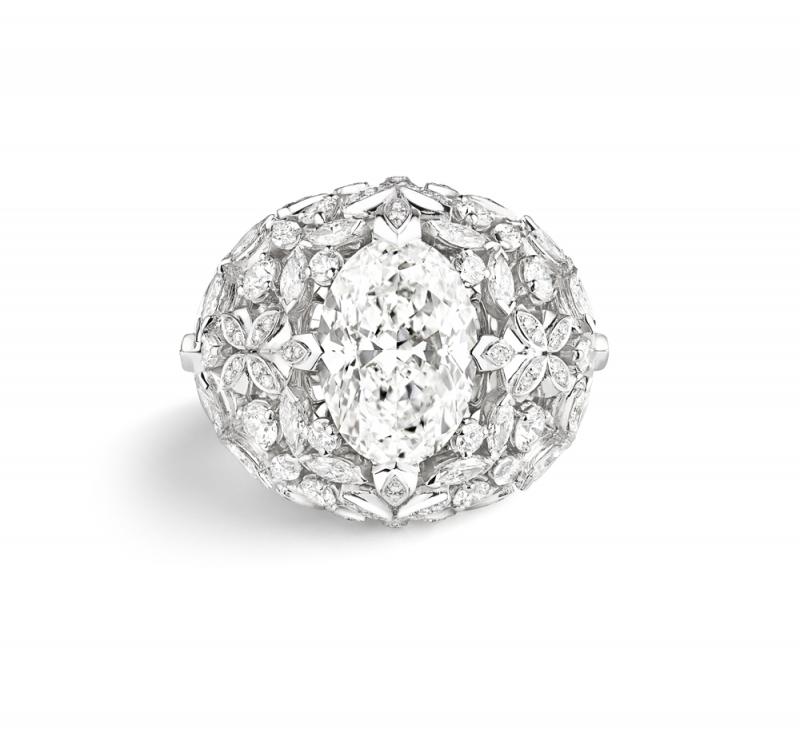 Promenades imperials 18K白金戒指  飾有一顆橢圓明亮型切割鑽石5.82克拉,E VVS1  另鑲嵌圓明亮型切割鑽石、馬眼型切割鑽石.