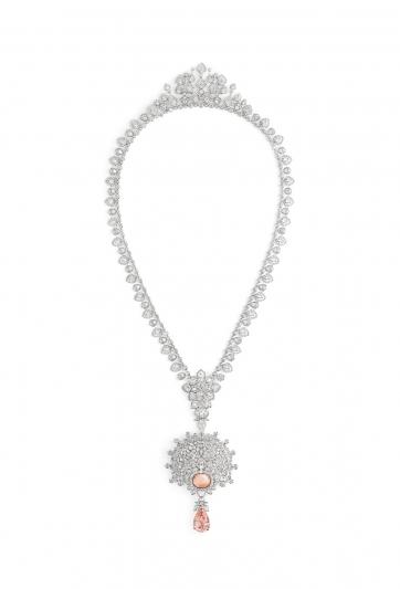 "Promenades imperials 可轉換式18K白金項鍊  飾有一顆梨形切割 ""sunset color"" 帕帕拉夏剛玉 16.31 克拉,產自錫蘭  一顆蛋面切割帕帕拉夏剛玉 9.03克拉,產自錫蘭  一顆橢圓形切割鑽石D VVS1 1.13克拉,以及圓明亮型 切割鑽石、馬眼型切割鑽石.  13 種可轉換變化配戴方式"