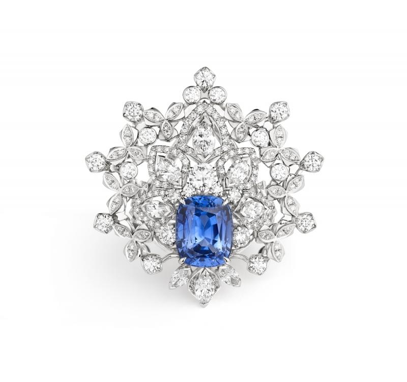 Promenades imperials 18K白金藍寶戒指  飾有一顆馬眼型切割藍寶石5.01克拉,產自錫蘭  圓明亮型切割鑽石、馬眼型切割鑽石.