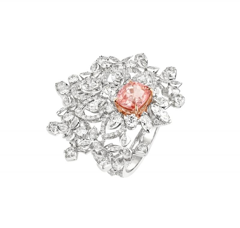 """Promenades imperials 18K白金戒指  飾有一顆枕型切割""""sunset color"""" 帕帕拉夏剛玉3.11克 拉,產自錫蘭  圓明亮型切割鑽石、馬眼型切割鑽石."""