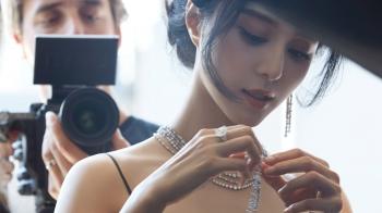 「完美女神」范冰冰再次美出新高度!以De Beers收藏家身分,用美麗與鑽石光芒,闡述生命中的重要時刻…
