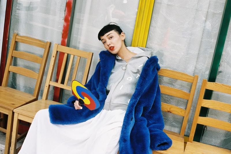 翻領毛皮外套、連帽上衣、白色長裙、混色拼接復古運動鞋,all by Louis Vuitton。