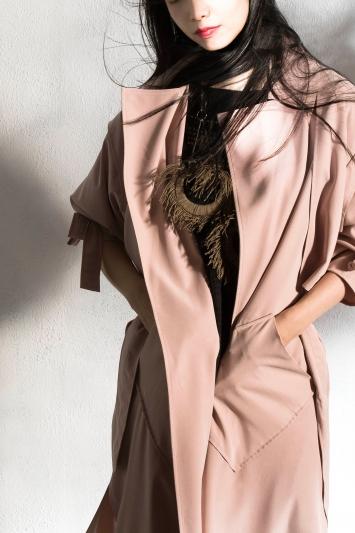 誠品生活AXES|Join Wu|粉紅風衣外套|推薦價 $24,800元。