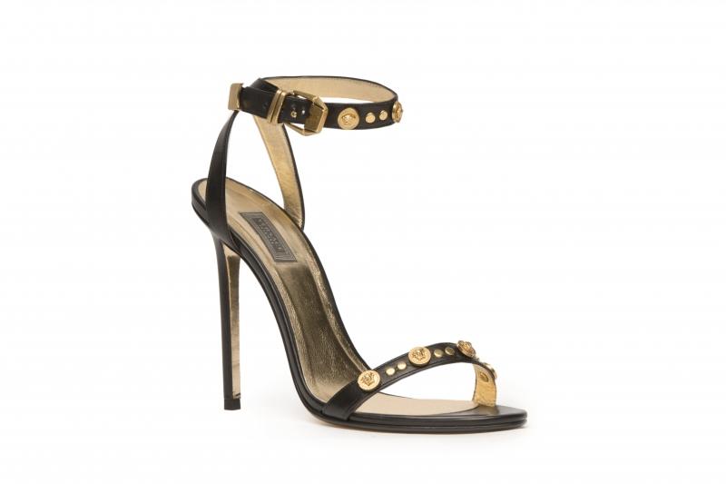 一字帶卯釘裝飾高跟鞋,Versace,NT34,000。