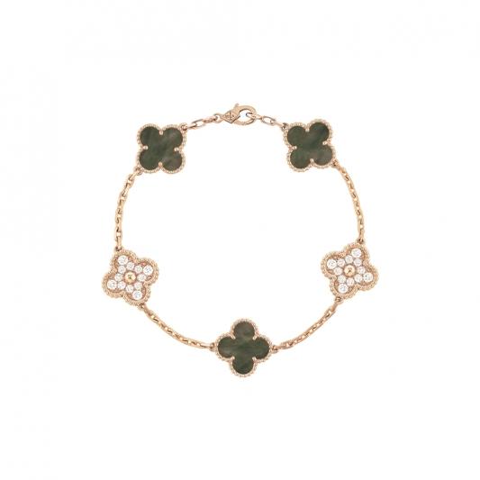 Vintage Alhambra 手鍊 5枚墜飾,玫瑰金灰色珍珠 母貝,圓形鑽石; DEF 、IF 至 VVS 級鑽石。 建議售價 : 約新台幣 396,000元