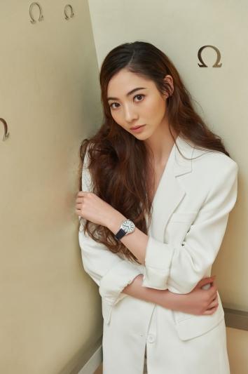 謝沛恩受邀與歐米茄(OMEGA)新品發表合作,搶先試戴碟飛系列TRÉSOR 腕錶後,分享說:錶款不僅擁有百搭的外型,更給人優雅卻不失現代的設計新意,任何階段的女性都可以輕鬆駕馭。