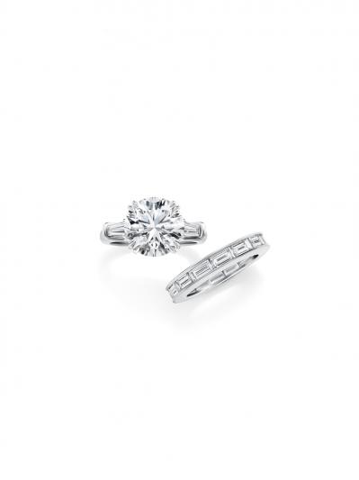 海瑞溫斯頓Classic Winston系列圓形明亮式切工鑽石搭配長錐形切工邊鑽訂婚戒指_鑲嵌長形鑽石線戒
