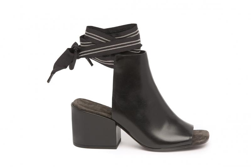 繞踝綁帶露趾靴,Brunello Cucinelli。