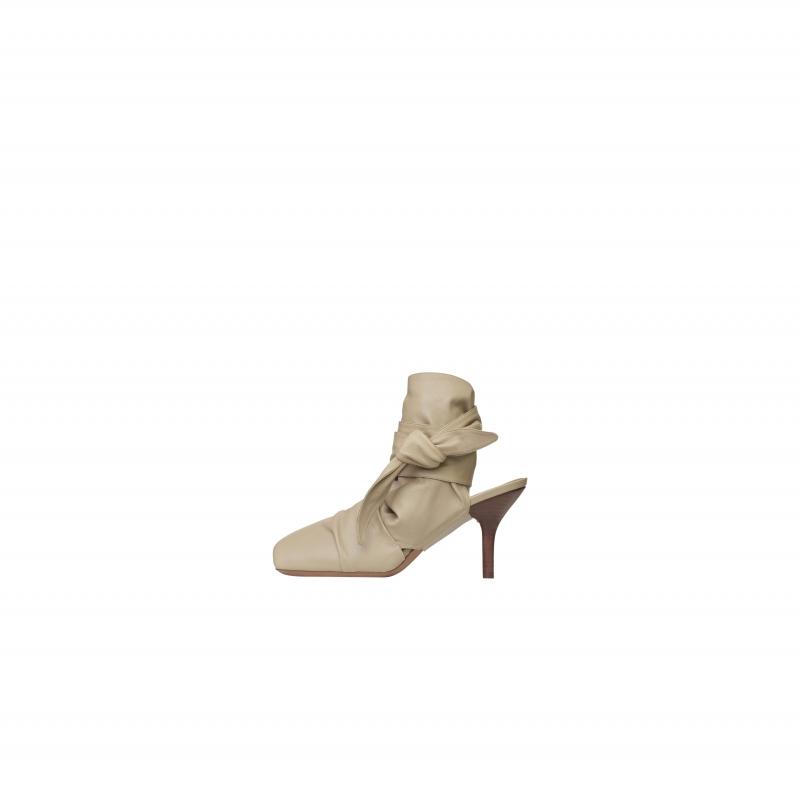 乳黃色小羊皮綁帶高跟鞋,CÉLINE,NT39,000。