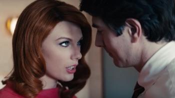 小心妳的男人!泰勒絲與鄉村組合Sugarland合作新曲〈Babe〉,MV化身美艷紅髮狐狸精