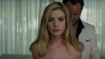 染金髮、大尺度裸身上陣!安海瑟薇不賣甜美,驚悚新片《Serenity》攜手馬修麥康納策劃殺人使壞