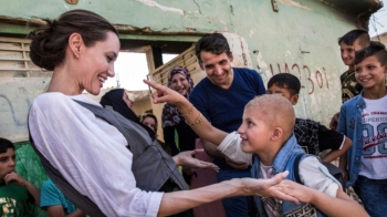 安潔莉娜裘莉5訪伊拉克,大城摩蘇爾全毀,裘莉呼籲:「請世界不要遺忘這群正在努力的人們。」