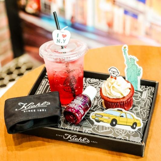 KIEHL'S COFFEE HOUSE紐約經典套餐(覆盆子草莓氣泡飲+紅絲絨杯子蛋糕+紫鳶青春肌活露40ml+Kiehl's環保杯套-黑色),NT330
