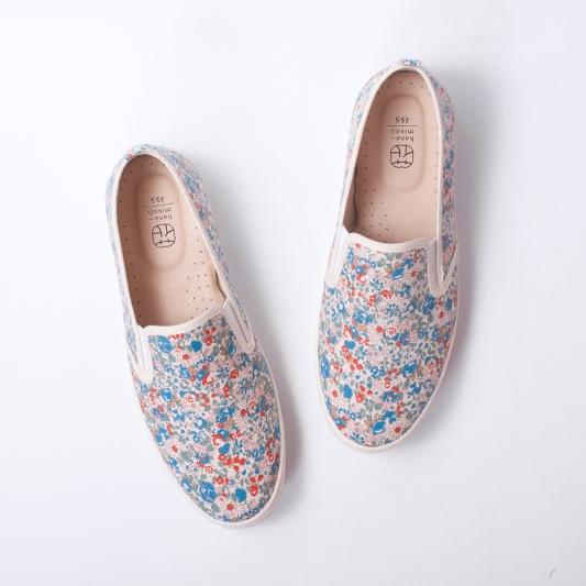 誠品生活expo|花見小路.手製鞋|風信子精靈花布|推薦價1,480元。