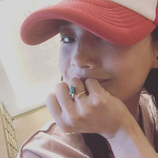 舒淇配戴BVLGARI BVLGARI Gelati系列孔雀石及鑽石玫瑰金戒指(照片來源為舒淇Instagram@sqwhat)