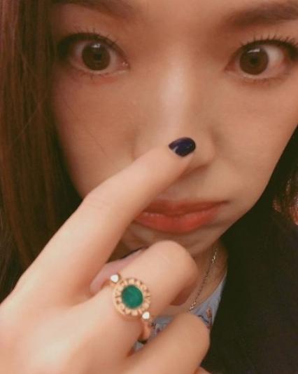 舒淇配戴BVLGARI BVLGARI系列孔雀石及鑽石玫瑰金翻轉式戒指(照片來源為舒淇Instagram@sqwhat)