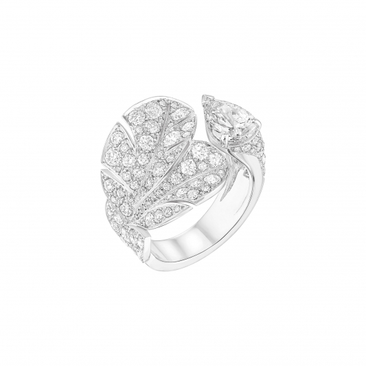 Curved Feather戒指18K白金鑲嵌1顆總重1.20克拉梨形切割鑽石,及90顆總重2.64克拉明亮式切割鑽石。建議售價NTD2,807,000元