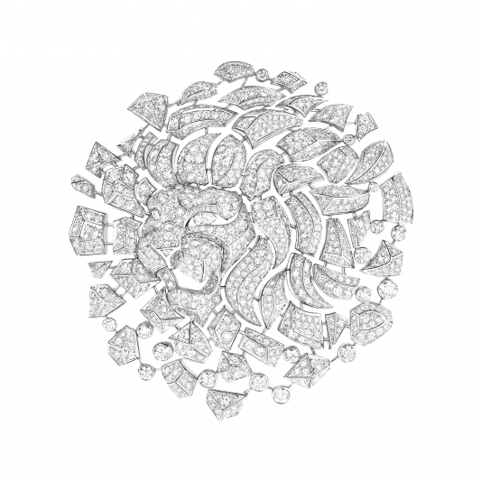 Lion Mosaique胸針18K白金鑲嵌989顆共重17.7克拉的明亮式切割鑽石,2顆梨形切割鑽石以及2顆長階梯形切割鑽石。建議售價NTD8,615,000元