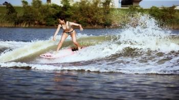 夏日達人帶路,一起來 Wakesurfing!浪花裡的高手Anita chen告訴你,這樣最好玩~