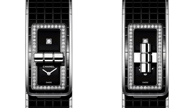 Code Coco腕錶 精鋼錶殼。 精鋼錶殼鑲嵌52顆明亮式切割鑽石。 黑色漆面錶盤,單獨鑲嵌一顆公主式切割鑽石。 精鋼及黑色陶瓷錶帶。高精準度石英機芯。 防水深度:30米。 尺寸:38.1 x 21.5 毫米。 鑽石:約0.63克拉。 建議售價NTD357,000元