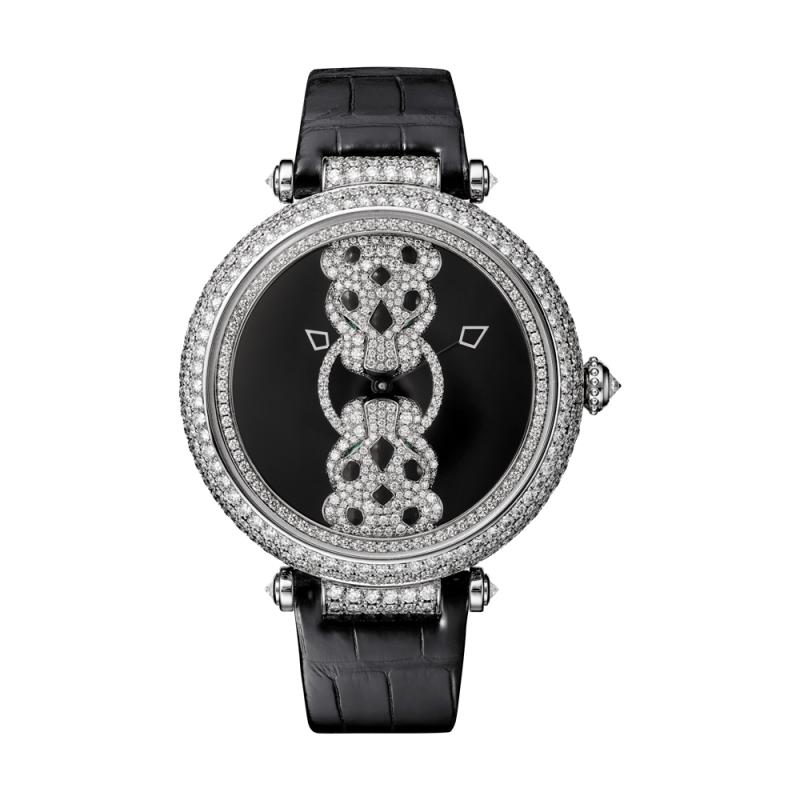 Rencontre de Panthère 雙頭豹腕錶錶盤上的自動盤由兩只美洲豹正面包圍,嘴上互相爭 奪著同一枚鑽圈。自動盤透過手腕的擺動來為發條盒 上鍊,進而帶動腕錶機芯的運作。美學工藝與技術功 能在兼具風格與精緻的顯示面盤上融為一體。搭載卡地亞9603 MC 型精製自動上鍊機械機芯,錶殼 鑲嵌圓形明亮式切割鑽石,欖尖形切割祖母綠眼睛, 黑色真漆豹紋,珍珠母貝錶盤,鍍銠精鋼及黑色精鋼 雙色指針。半啞光黑色鱷魚皮錶帶,動力儲存約48 小時。參考價格約NT$ 6,050,000