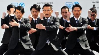 你還不認識這些穿著西裝跳機械舞的大叔?日本「WORLD ORDER」舞團風靡全球的魔性舞姿!