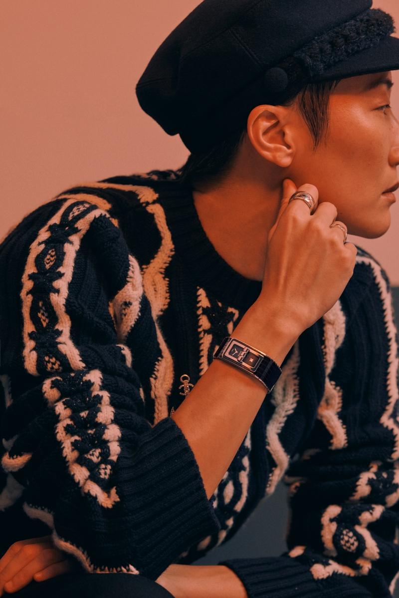 Code Coco腕錶、Coco Crush 戒指、針織上衣、毛呢材質海軍帽,all by Chanel。