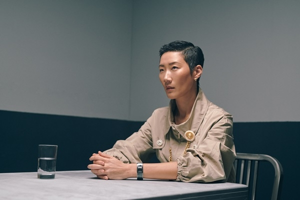 Code Coco腕錶、卡其色風衣、金鍊造型胸針,all by Chanel。