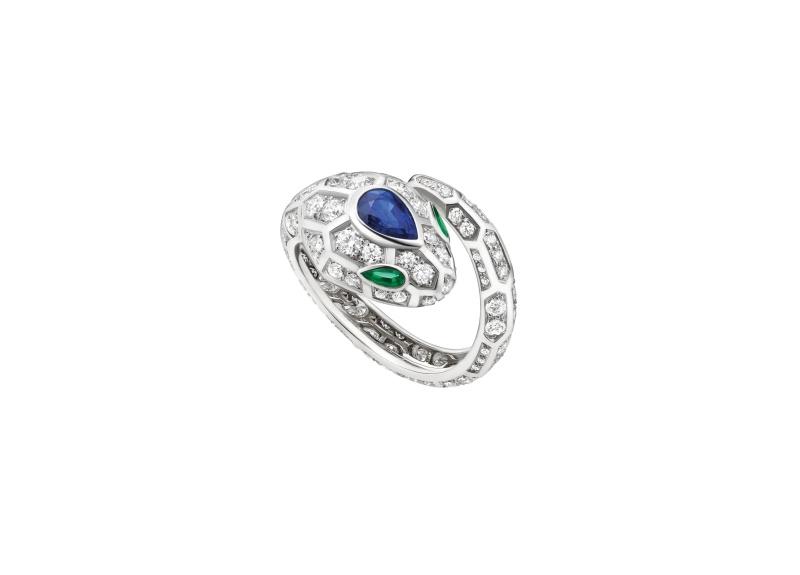 BVLGARI SERPENTI系列 白K金藍寶石與祖母綠鑽石戒指,參考售價約NT569,000
