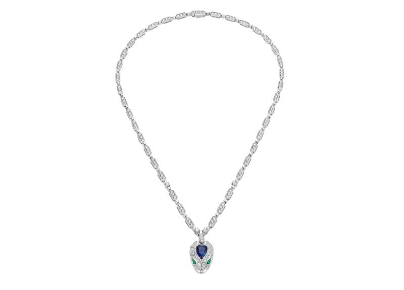 BVLGARI SERPENTI系列 白K金藍寶石與祖母綠鑽石項鍊,參考售價約NT1,476,000