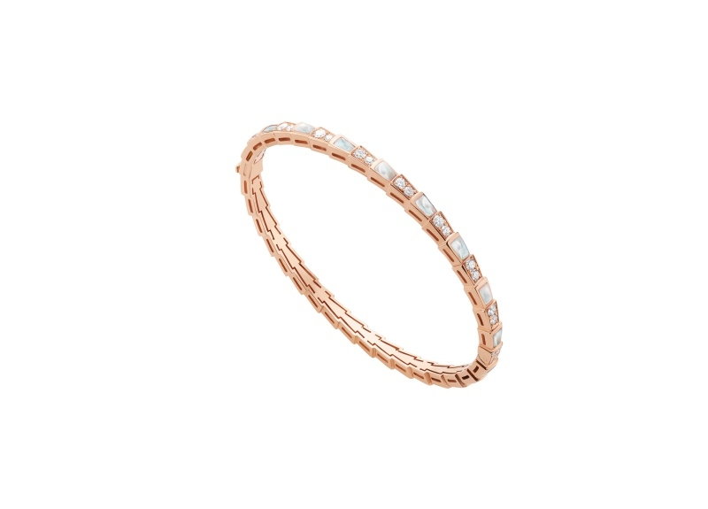 BVLGARI SERPENTI系列 VIPER BRACELET玫瑰金珍珠母貝鑽石手環,參考售價約NT395,100