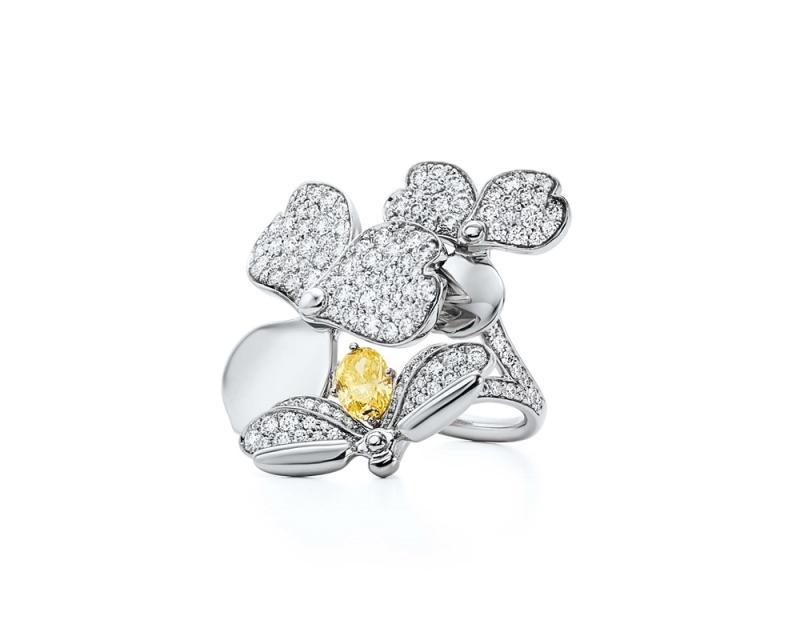 Tiffany Paper Flowers 系列 - 花瓣與螢火蟲設計鉑金鑲嵌黃鑽與鑽石戒指 (2) NT$545,000起