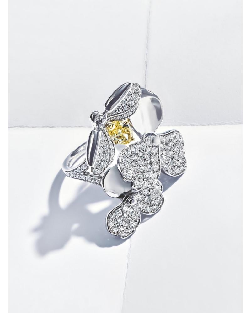 Tiffany Paper Flowers 系列 - 花瓣與螢火蟲設計鉑金鑲嵌黃鑽與鑽石戒指 NT$545,000起