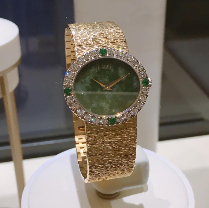 賈姬錶 伯爵古董珠寶腕錶 黃金材質 玉石錶盤 鑲嵌24顆明亮型切割鑽石(約1.3克拉)及4顆祖母綠寶石(約0.16克拉) 搭載伯爵傳奇9P超薄手動上錬機械機芯 1972年 伯爵傳承典藏 9804 A6