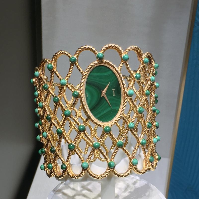 手鐲錶 伯爵古董手鐲腕錶黃金材質 孔雀石凸圓形寶石與錶盤 搭載伯爵傳奇9P超薄手動上錬機械機芯 1970年 伯爵傳承典藏 9850 D50