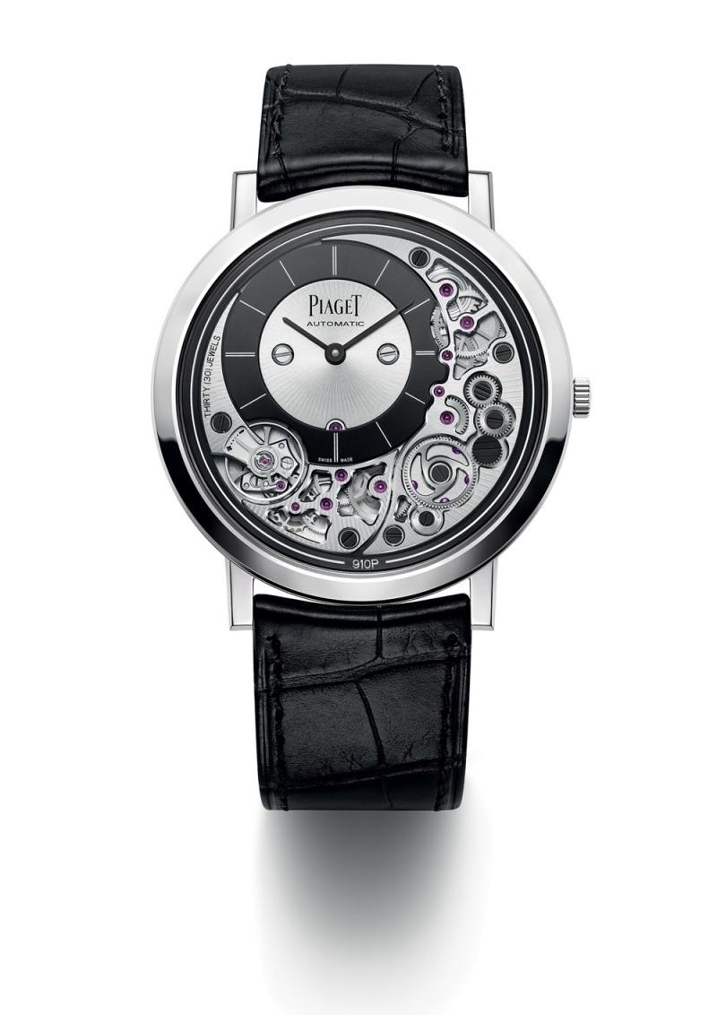 Piaget Altiplano Ultimate 910P41毫米,18K 白金腕錶,全球最纖薄自動上鏈機械機芯腕錶 機芯及錶殼融合為一;910P自動上鏈機械機芯,搭配22K金質黑色PVD塗層外緣式擺陀 18K 白金針扣式錶釦 黑色鱷魚皮錶帶 研發時間:3年 動力儲存:約50小時 振頻:每小時21600次/ 3 Hz 厚度:4.30毫米 (錶殼連機芯) 機芯寶石數:30 功能:偏心式時、分針小錶盤設於10時位置 零件數目:238 (錶殼連機芯) 細節修飾:環狀霧面拋光錶底蓋、太陽放射狀霧面拋光錶橋、倒角處理修飾錶橋、齒輪以太陽放射狀或環狀霧面拋光、黑色螺絲、專用動力校正系統鐫刻伯爵「P」字標誌 G0A43121 台幣參考價格970,000元