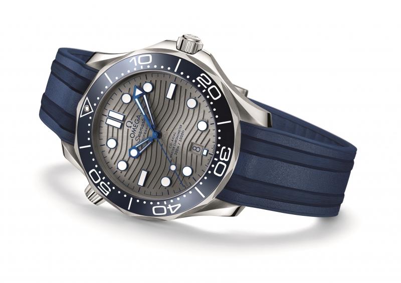 OMEGA 海馬潛水 300 米系列同軸擒縱大師天文台橡膠帶腕錶,建議售價 NTD155,500元