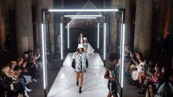 歡迎登陸LV科幻太空艙!飛碟包、太空人裝…Louis Vuitton春夏大秀帶你飛到超未來